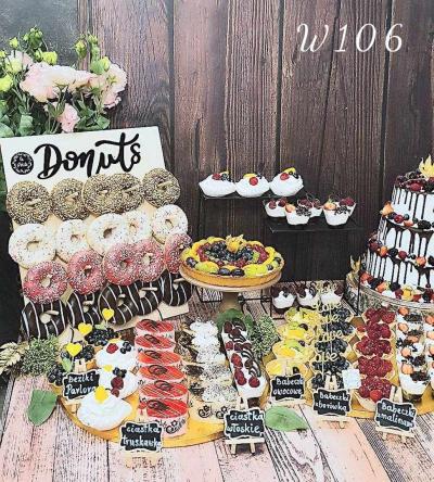 Słodki stół z tablicą donuts