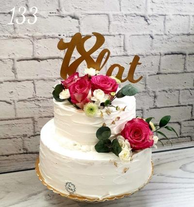 133-Tort urodzinowy w śmietance z dekoracja z kwiatów